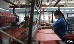 Weaver works at Doi Tung project in Thailand. (Photo: L. Hoang / VOA)