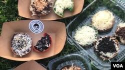 Martabak manis mini dengan berbagai pugasan (topping) buatan Papadon di Astoria, Queens, New York. (Foto: VOA Indonesia)