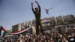 ພວກປະທ້ວງໃນເຢເມນຍົກທະຫານຄົນນຶ່ງຂຶ້ນ ຊຶ່ງເປັນການສະແດງໃຫ້ເຫັນວ່າຜູ້ກ່ຽວໄດ້ເຂົ້າຮ່ວມການປະທ້ວງ ທີ່ຮຽກຮ້ອງໃຫ້ປະທານາທິບໍດີ Ali Abdullah Saleh ລາອອກ (25 ມີນາ 2001)