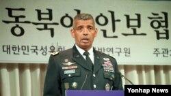 빈센트 브룩스 미한연합사령관이 25일 서울 용산 국방컨벤션에서 열린 '트럼프 정부 출범 이후 동북아 안보협력 방향' 안보세미나에서 기조연설을 하고 있다.