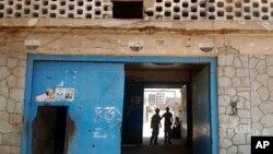 Pintu masuk Penjara Pusat Aden, di Yaman yang dikenal sebagai Mansoura, di mana salah satu sayapnya dioperasikan oleh sekutu Yaman di Uni Emirat Arab untuk menahan tersangka al-Qaida, 9 Mei 2017.(Foto: dok).