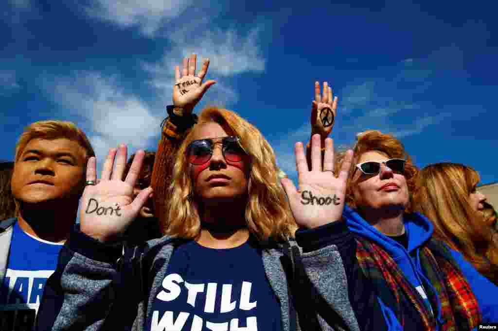 شرکت معترضین با نوشته«شلیک نکنید» در کف دستانشان در راهپیمایی برای کنترل سلاح در آمریکا