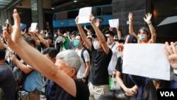 香港抗議者在東區法院外舉行抗議活動。 (2020年7月3日)