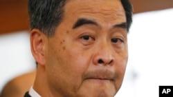 香港特首梁振英在港府举行的记者招待会上回答记者的问题。(2014年10月6日)