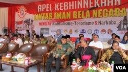Sejumlah organisasi keagamaan dan masyarakat menghadiri Apel Kebhinekaan di Lapangan Banteng, Jakarta, Minggu 17/1 (VOA/Fathiyah).