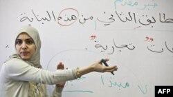 Muallima Savhad Zinda Zaytuna kollejida arab tilidan dars o'tmoqda.