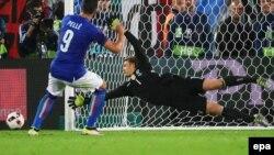 Le gardien Allemand Manuel Neuer, à drotie, arrête un tir de Graziano Pellè de l'Italie, à gauche, lors du quart de finale de l'EURO 2016 entre l'Allemagne et l'Italie, au Stade de Bordeaux, France, 02 juillet 2016.