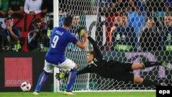 Graziano Pellè de l'Italie, à gauche, rate son tir au but face au gardien Allemand Manuel Neuer lors du quart de finale de l'EURO 2016 entre l'Allemagne et l'Italie, au Stade de Bordeaux, France, 02 juillet 2016. epa / ARMANDO Babani EDITORIAL USE ONLY