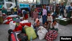 缅甸边民逃离战火纵横的果敢首府老街,到达曼德勒高速公交车站。(2015年2月14日)