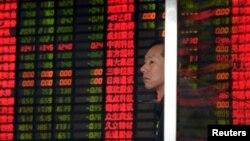 2일 중국 상하이 증권거래소에서 투자가가 증시 현황을 보여주는 전광판을 주시하고 있다.