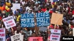 Para demonstran di Bamako, menyerukan Presiden Mali Ibrahim Boubacar Keita mundur dari jabatannya.