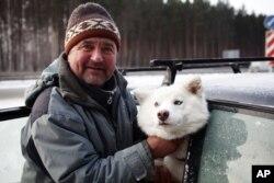 導遊帕瓦爾.斯默林駕駛着狗拉的雪撬帶領遊客在樹林中穿行。