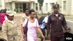 Diane Rwigara mu myenda y'iroza y'abagororwa bo mu Rwanda