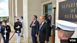 法国国防部长勒德里昂在五角大楼前