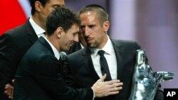 Lionel Messi felicita a Franck Ribéry en Monaco durante la ceremonia de entrega de premios a los mejores de la UEFA.