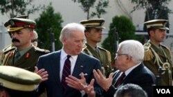 Biden berbicara berdampingan dengan Presiden Palestina Mahmoud Abbas, hari Rabu ini, 10 Maret 2010.