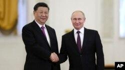 블라디미르 푸틴 러시아 대통령과 시진핑 중국 국가주석이 5일 모스크바 크렘린궁에서 만나 악수하고 있다.