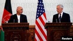 افغان صدر اشرف غنی اور امریکی وزیر دفاع جم میٹس کابل میں ایک پریس کانفرنس کے دوران ، 27 ستمبر 2017