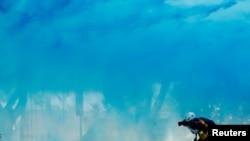 10月20 日,香港警察用用水砲車發射藍色水射向一名現場採訪的記者。