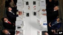 2019年2月21日美中贸易谈判在白宫举行。左边从上至下为美国贸易代表莱特希泽、美国财长姆努钦和白宫首席经济顾问库德洛。右边从上至下为中国副总理刘鹤、中国央行行长易纲和中国财政部副部长廖岷。