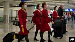 香港機場戴口罩的空服員。 (2020年1月25日)