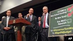 Članovi državne skupštine Pensilvanije na konferenciji za novinare u Harisburgu, 30. juna 2015. Vrhovni sud države u kojoj demokrate imaju većinu glasao je za promenu granica okruga i odbacio stare, republikanske mape.