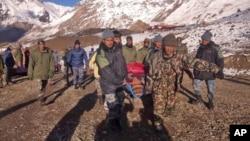 2014年10月15日尼泊尔军队在萨龙拉山口地区营救雪崩受害者