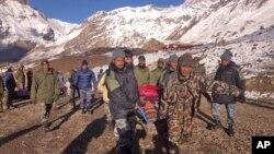 2014年10月15日尼泊爾軍隊在薩龍拉山口地區營救雪崩受害者。