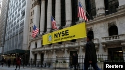 El logo de Snapchat logo en un cartel de la Bolsa de Valores de Nueva York (NYSE).