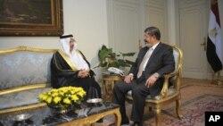 صدر مرسی مصر میں سعودی عرب کے سفیر سے گفتگو کرتے ہوئے