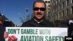 Allan Shelby, inspector de la Administración Federal de Aviación, afirma que debido al cierro existe un riesgo de seguridad en los vuelos debido a la falta de trabajadores por el cierre del gobierno. [Foto: Alejandra Arredondo, VOA]