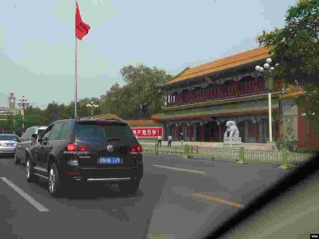 在党中央所在地中南海的新华门前,除了保安和警察之外,几乎一个游客也看不到。(美国之音东方拍摄)