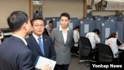 홍용표 한국 통일부 장관이 2일 서울 대한적십자사 '이산가족 생사확인 추진센터'를 방문해 둘러보고 있다.