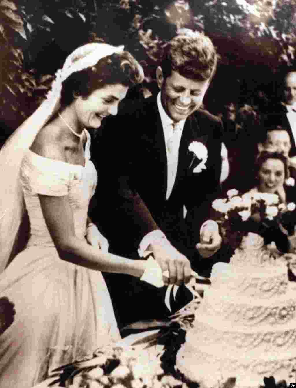 Con və Jaklin Kennedi toy mərasimində tortu kəsərkən, 12 sentyabr 1953.