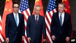 스티븐 므누신 미 재무장관(왼쪽부터), 류허 중국 부총리, 로버트 하이저 무역대표부(USTR) 대표가 지난 6월 31일 상하이에서 열린 고위급 무역협상에 참석했다.