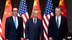 스티븐 므누신 미 재무장관(왼쪽부터), 류허 중국 부총리, 로버트 하이저 무역대표부(USTR) 대표가 지난 7월 상하이에서 열린 고위급 무역협상에 참석했다.