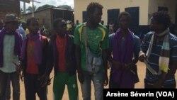 Des ex-combattants ninjas en attente du désarmement à Kimba, au Congo, le 8 août 2018. (VOA/Arsène Séverin)