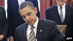 Predsednik Obama u Ovalnoj kancelariji potpisuje sporazum START, 2. februar, 2011.