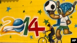 Maskot resmi Piala Dunia 2014 di Brazil, 'Fuleco Armadillo' yang sedang memegang bola (foto: dok).