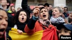 2016年3月23日比利时首都爆炸发生后人们在广场示威