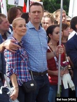 去年6月的莫斯科反政府游行中,纳瓦尔尼(左二)和妻子(左一) (美国之音白桦)