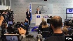 Premijer Kosova Avdulah Hoti na konferenciji za novinare u Prištini, 24. septembar 2020. (Foto: VOA)