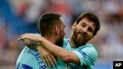 Lionel Messi embrasse son coéquipier Paco Alcacer après avoir marqué son deuxième but lors du match de leur équipe FC Barcelone et Deportivo Alaves au stade Mendizorroza, Vitoria, Espagne, 26 août 2017.