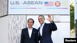 Presiden AS Barack Obama (kanan) menyambut Presiden Joko Widodo di KTT AS-ASEAN di Sunnylands, California hari Senin (15/2).