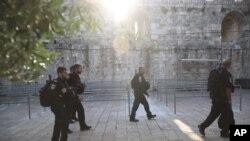 Polisi Israel berjalan di luar areal Masjid Al Aqsa di Kota Tua Yerusalem, Juli 25, 2017.