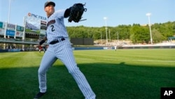 New York Yankees shortstop Derek Jeter warms up before a minor league baseball rehab start with the Scranton/Wilkes-Barre RailRiders, in Moosic, Pennsylvania, July 6, 2013.