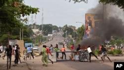 Manifestantes anti-governo nas ruas de Kinshasa esta semana protestando contra nova lei que iria adiar as eleições de 2016