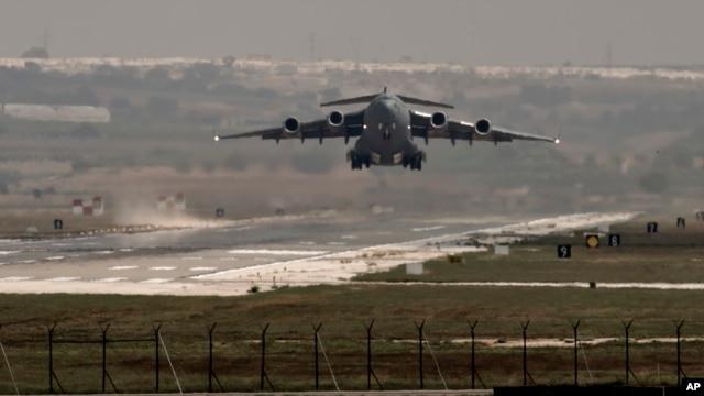 Un avión de la fuerza áerea estadounidense despega de la base de Incirlik en el sur de Turquía.