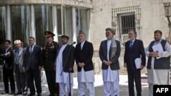 Tổng thống Afghanistan Hamid Karzai (giữa), phó Tổng thống cùng một số thành viên nội các nói về kế hoạch rút quân khỏi Afghanistan của Hoa Kỳ tại thủ đô Kabul, ngày 23/6/2011 n, in Kabul June 23, 2011