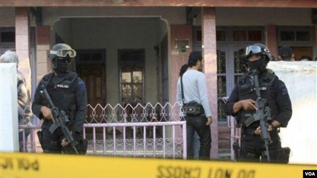 Densus 88 berjaga-jaga di luar rumah Muhammad Syarif, yang meledakkan diri di Masjid Polisi di  Majalengka, Jawa Barat, April silam. (foto: dok).